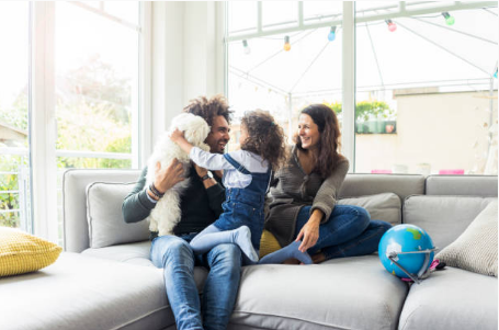 Famille qui joue sur le canapé