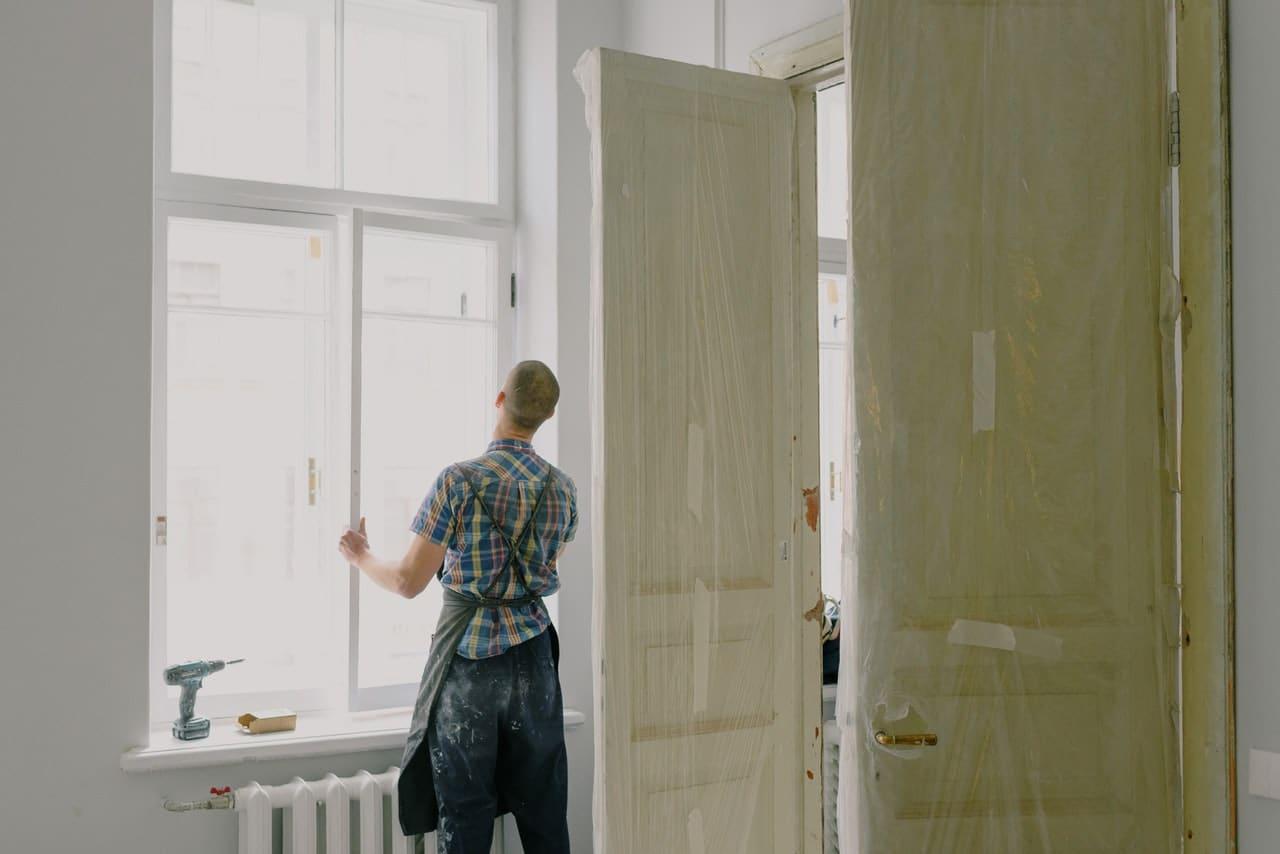 ouvrier qui change une fenêtre sur un chantier
