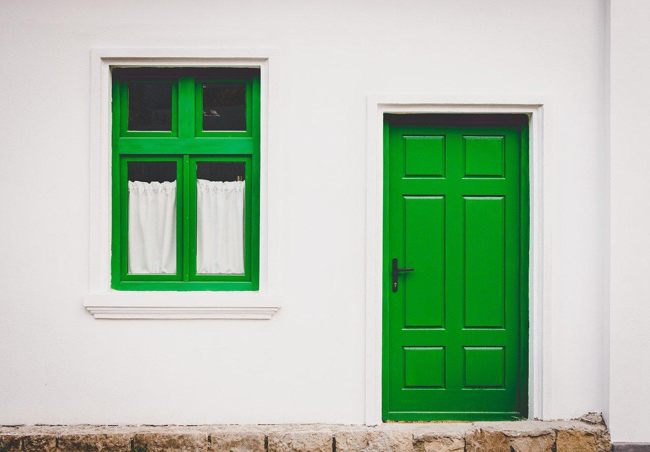 porte et cadre de fenêtre peints en vert