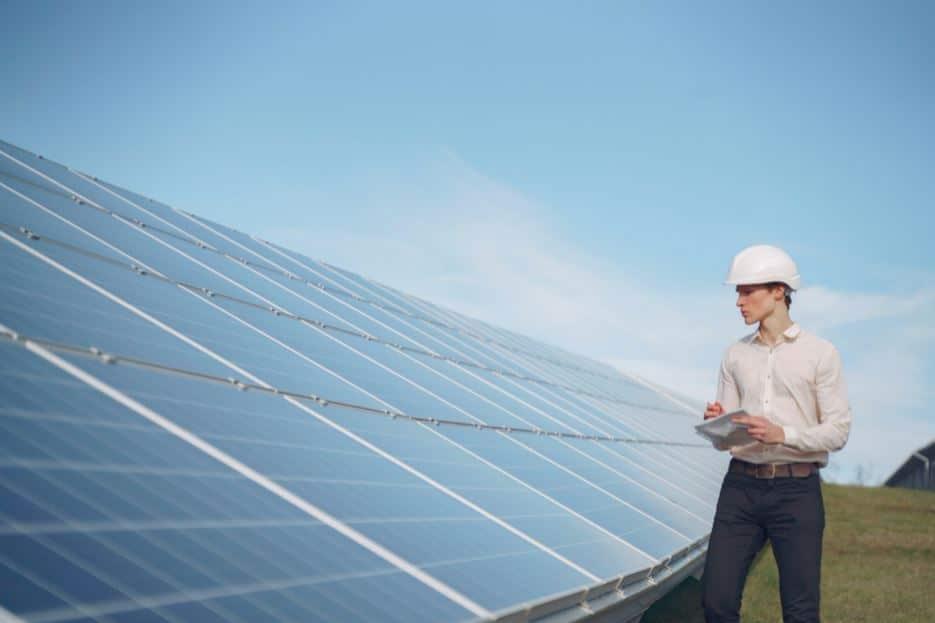 Ingénieur qui observe des panneaux solaires